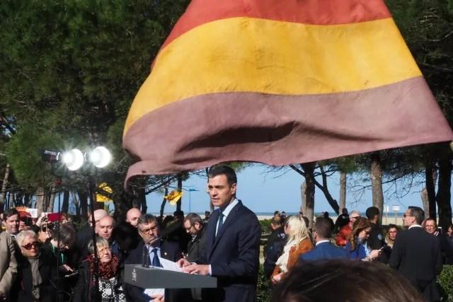 El presidente del Gobierno español, Pedro Sánchez, se para junto a una bandera de la Segunda República Española mientras pronuncia un discurso el 24 de febrero de 2019, durante una ceremonia en Argeles-sur-Mer, sur de Francia