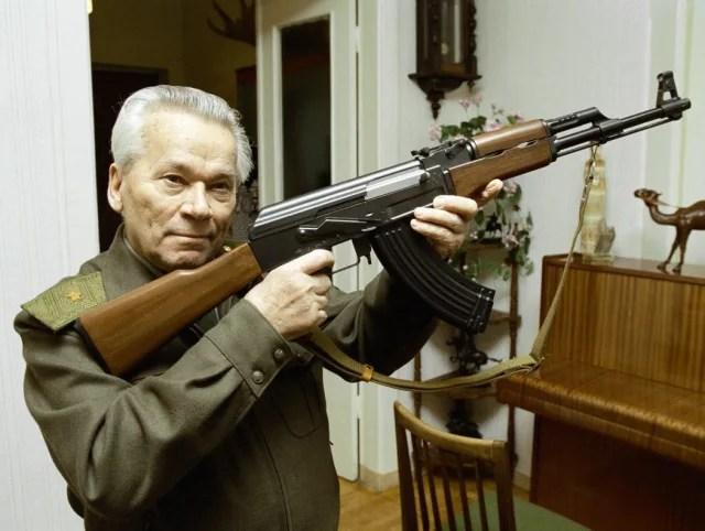 Mijaíl Kaláshnikov con su creación: el AK-47.