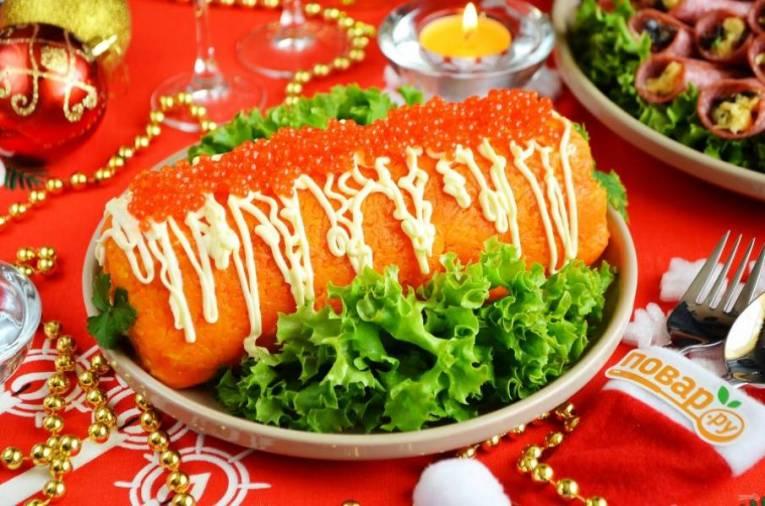 8. Салат можно сразу порезать порционно, а можно поставить на праздничный стол целым и подать нож и ложку.