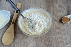 ปรุง fondant ในการทำสิ่งนี้ให้ผสมครีมชีสผงน้ำตาลน้ำมะนาวและนมเล็กน้อย ทั้งหมดผสมกันดีปัด