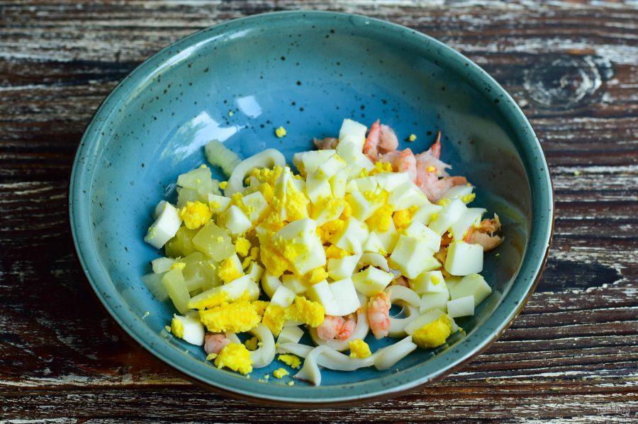 Салат с кальмарами, креветками и ананасами