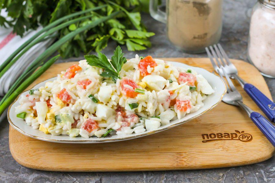 Салат с рисом и красной рыбой