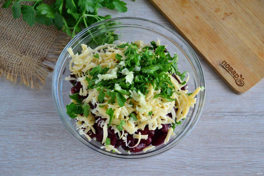 Салат с фасолью, грибами и сухариками
