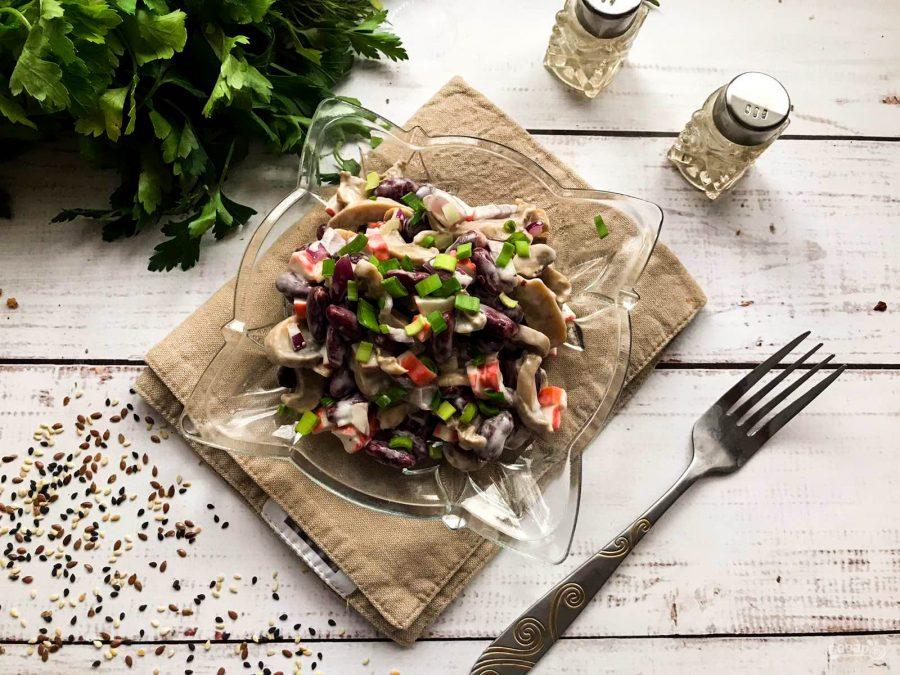 Салат с фасолью, грибами и крабовыми палочками
