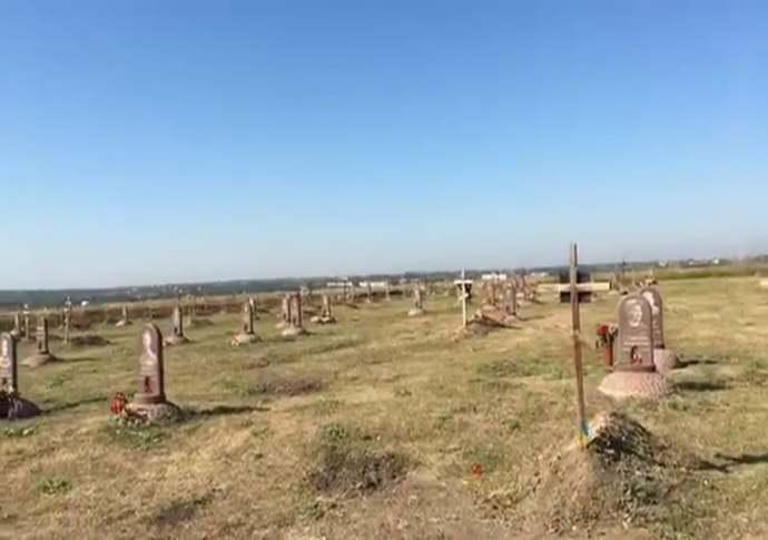 У Дніпрі комунальники зняли прапори з могил загиблих бійців АТО