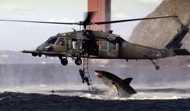 Já se foi o tempo em que uma fotografia era prova de que alguma coisa tinha acontecido. Com o Photoshop é tão fácil fazer uma montagem que a galera não sabe mais em que acreditar.Pensa em quão insanamente legal é poder dizer que você escapou com vida de um ataque de tubarão, fugindo de um helicóptero?A foto é real... Exceto pelo tubarão