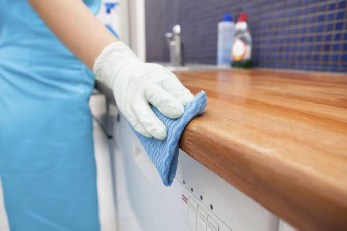 Um reajuste salarial para domésticos foi aprovado nesse ano