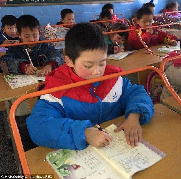 Uma escola em Wuhan (na região central da China) adotou uma medida polêmica para tentar prevenir a miopia entre os alunos. As carteiras passaram a contar com uma barra laranja, que não permite que o jovem fique próximo à mesa. O mecanismo é retrátil, e ajudaria o aluno a melhorar a postura e evitar problemas relacionados à visãoLeia mais