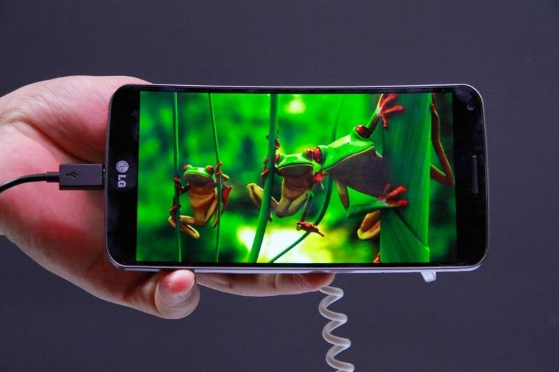 A LG apresentou nesta terça-feira (25) suas principais novidades para o mercado brasileiro em 2014. Os destaques são o smartphone G Flex (foto), novo top de linha da sul-coreana, e o Slide Pad 2, a nova versão do aparelho híbrido de notebook e tablet