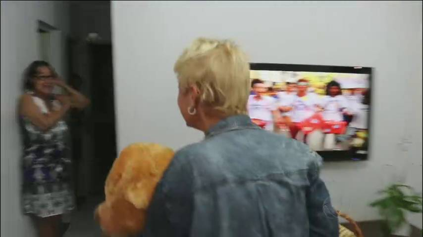 A mãe das meninas foi pega despreparada e pediu para ninguém filmá-la antes dela arrumar o cabelo!+ Xuxa aprende a surfar com o campeão Gabriel Medina> Acesse o R7 Play e assista na íntegra a todos os programas da Record! Clique e experimente de graça!