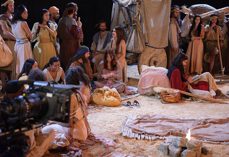Nos bastidores da novela, Xuxa se caracteriza de hebreia e participa como figurante de uma cena da trama