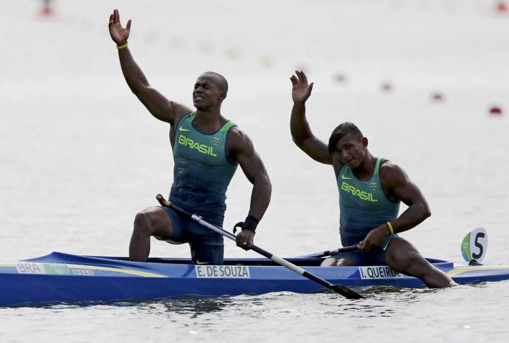 Erlon Souza (à esq.) passou mal durante a prova de canoagem e desmaiou