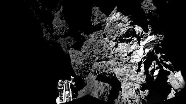 Les premières images captées par le robot Philae à la surface de la comète «Tchouri» montrent un terrain très accidenté. Au premier plan, on aperçoit une des pattes du robot.