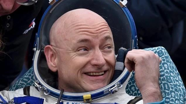 L'astronaute Scott Kelly esquisse un sourire lors de son retour sur terre.