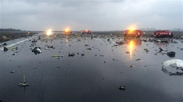 Les services d'urgence parcourent la piste d'atterrissage remplie de débris après l'écrasement d'un avion de Flydubai en Russie.
