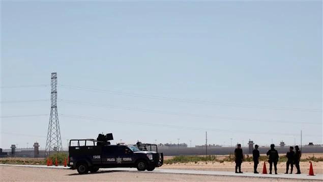 """Des officiers de la police fédérale montent la garde près de la prison de la ville de Juarez où le baron de la drogue mexicain Joaquin """"El Chapo"""" Guzman a été transféré samedi."""