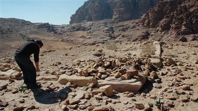 L'archéologue américain, Christopher A. Tuttle, effectuant des fouilles sur le site de la cité antique de Petra.