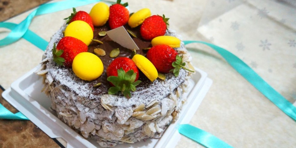 【高雄*食記】歐貝沐⁂ 巧克力重擊!!黑炫渦草莓蛋糕.Home Bake Wood
