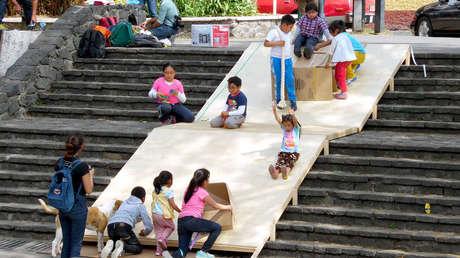 Niños y niñas de la alcaldía de Milpa Alta disfrutan de los juegos que ellos mismos construyeron.