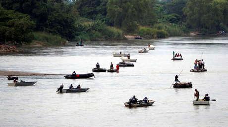 Migrantes en ruta hacia los Estados Unidos, tratan de cruzar el río Suchiate ilegalmente desde Tecun Uman, Guatemala, 28 de octubre de 2018.