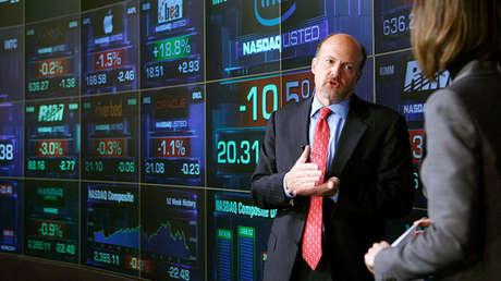 El analista de CNBC Jim Cramer habla con un reportero en NASDAQ Marketsite, Nueva York, el 16 de enero de 2008.