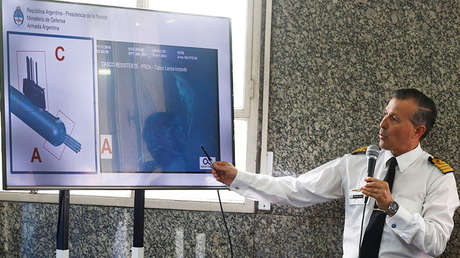 El exvocero de la Armada argentina, Enrique Balbi, muestra una imagen del ARA San Juan durante una rueda de prensa en Buenos Aires, el 17 de noviembre de 2018.