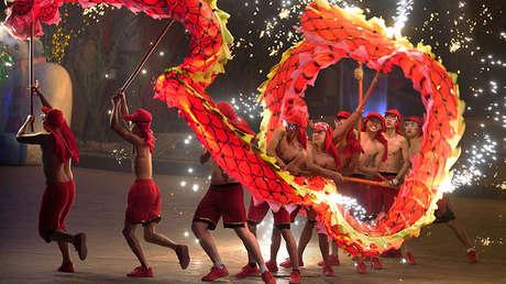 Artistas realizan la danza del dragón durante un espectáculo tradicional para celebrar el Año Nuevo Chino en Pekín, el 18 de febrero de 2018.