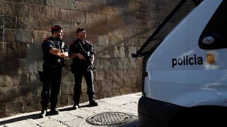 Dos oficiales de los Mossos d'Esquadra realizan una guardia cerca del Palacio de la Generalitat en Barcelona, España, el 30 de octubre de 2017.