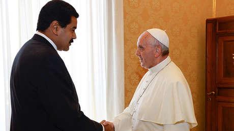 El presidente de Venezuela, Nicolás Maduro, estrecha la mano al papa Francisco en Vaticano, el 17 de junio de 2013.