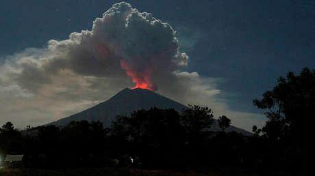 El volcán Agung en erupción, Bali, Indonesia, 29 de junio de 2018.