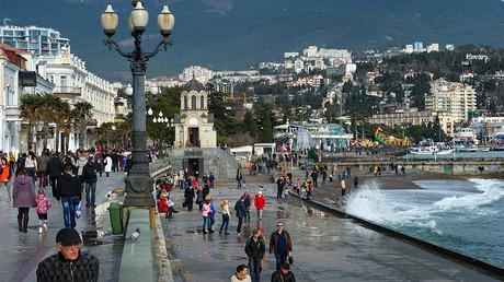 Pedestrians on an embankment in Yalta in January. © Sergey Malgavko