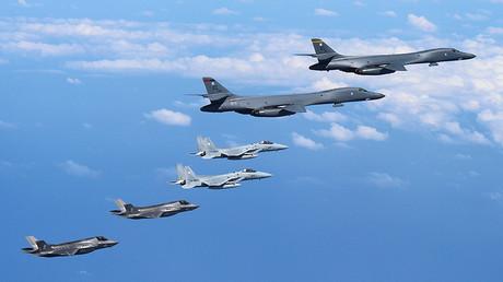 Los bombarderos B-1B Lancer de la Fuerza Aérea de Estados Unidos vuelan con una escolta de aviones de combate japoneses F-15 y aviones de combate F-35B de los Marines de los Estados Unidos. © Oficina del Personal del Ministerio de Defensa de Japón