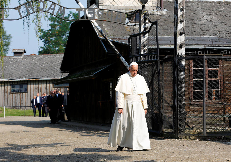 https://i2.wp.com/img.rtve.es/imagenes/papa-francisco-cruza-puerta-del-campo-concentracion-auschwitz-polonia/1469777899919.jpg