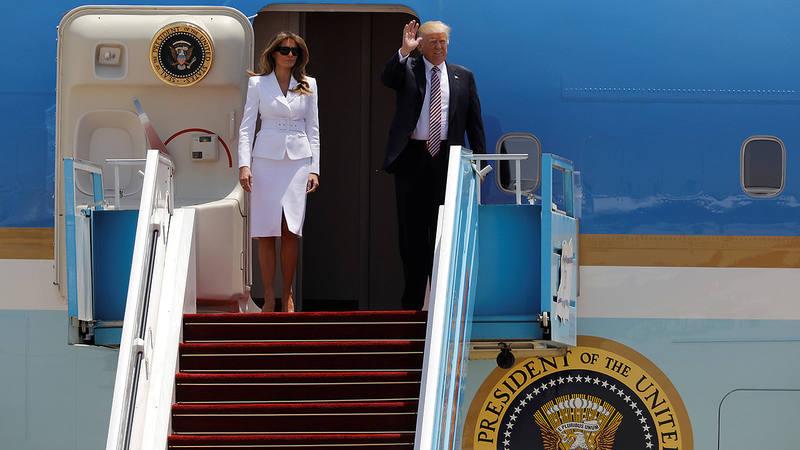 El presidente de EE.UU., Donald Trump, y su esposa, Melania, bajan del Air Force One en el aeropuerto Ben Gurion de Tel Aviv