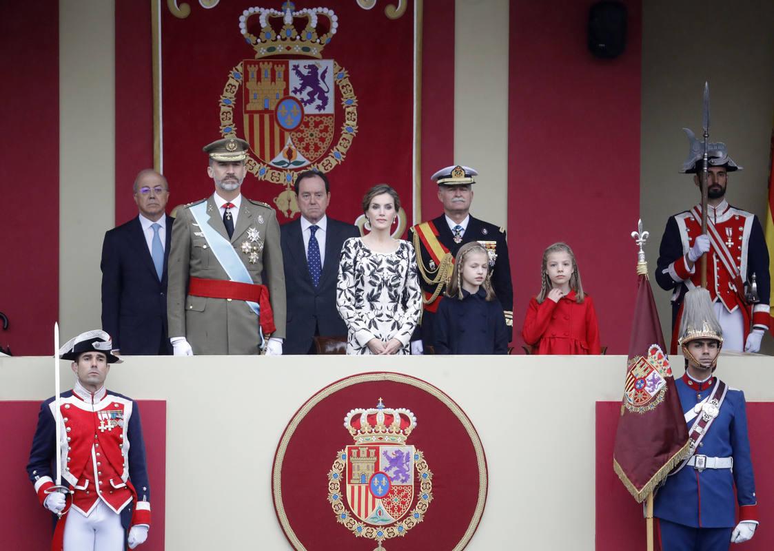 https://i2.wp.com/img.rtve.es/imagenes/reyes-hijas-presiden-desfile-militar/1476266369647.jpg