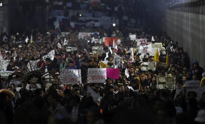 Estudiantes y familiares de las víctimas protestan en la Avenida Eje Central, en México DF, por la desaparición de 43 estudiantes en iguala, Guerrero