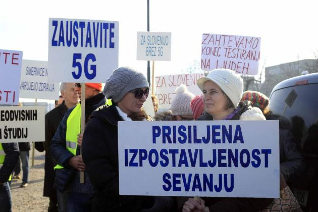 Protesters gathered in front of the Akosa building during a consultation with operators ahead of the allocation of frequencies for fifth-generation mobile networks, warning of the possible negative effects of 5G.  Photo: BoBo