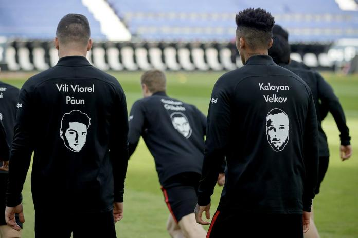 The Eintracht Frankfurt players also remembered the victim of the attack before the match.  Photo: EPA