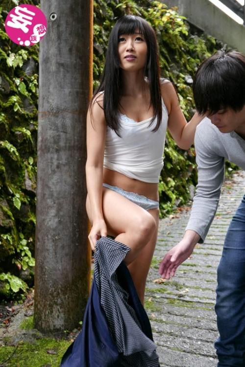【三次】大槻ひびきちゃんが野外で露出!あまりの恥ずかしさに変態M女スイッチが全開になり外で発情・交尾しまくっちゃったエロ画像・9枚目