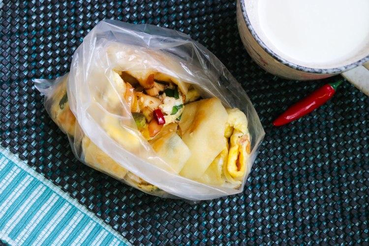 台北內湖早餐永和豆漿蛋餅配辣椒醬油與現煮豆漿