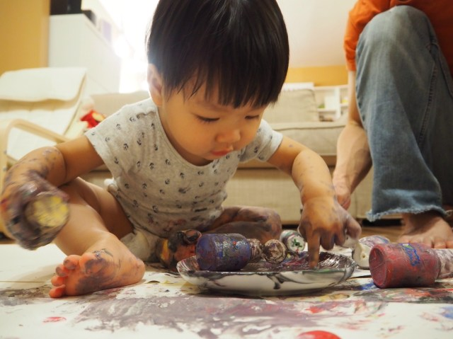 寶寶手指畫塗鴉中