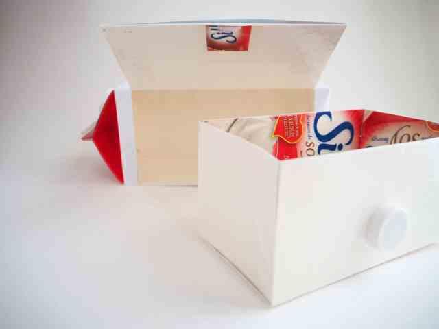 自製玩具-風琴投卡盒的牛奶盒 背面 抽屜