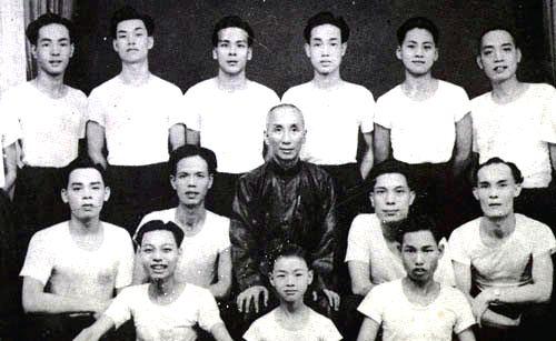 一代宗师叶问和他的弟子合影 (Wikimedia Commons)