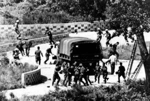 美、韩、朝军人在砍伐白杨树过程中混战互殴 (Yonhap/AP)