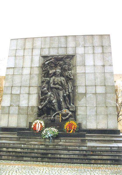 华沙犹太隔离区起义纪念碑 (Raymond/Wikimedia Commons)