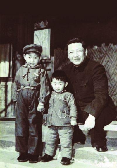 1958年,习仲勋(右)与习近平(左)、习远平(中)在一起。(Wikimedia Commons)