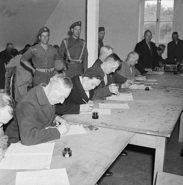 德国民众填写是否参加纳粹党及附属组织问卷 (Wikimedia Commons)