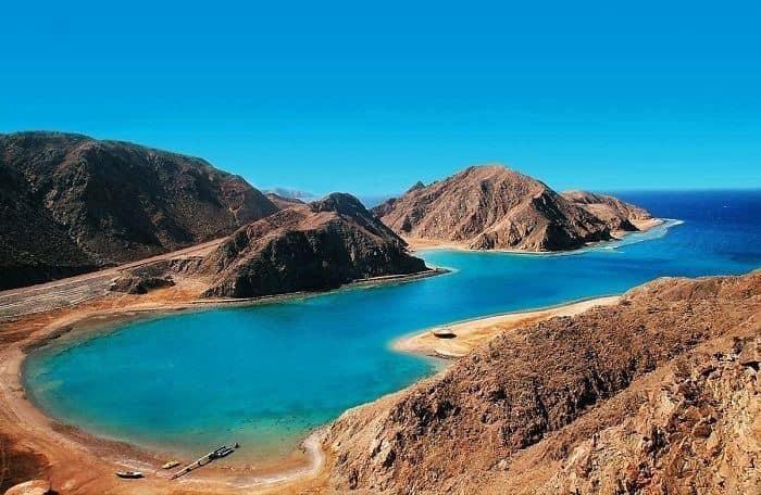 بين السحر والجمال.. خليج «فيورد» قبلة السائحين بمدينة طابا   صوت الأمة