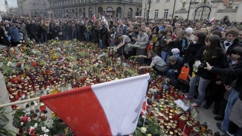 Polonais recueillis devant le palais présidentiel.