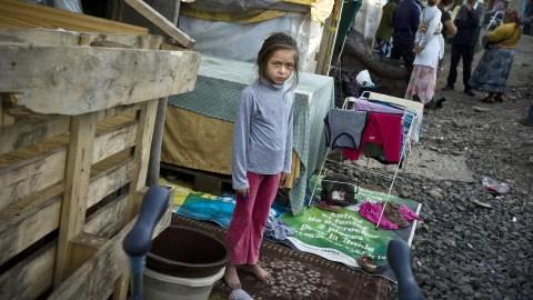 Une jeune fille d'une communauté de Roms photographiée le 30  juillet dernier dans un camp alors en partie menacé d'expulsion, à Lyon